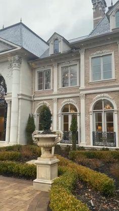 Classic House Exterior, Classic House Design, Modern Exterior House Designs, Dream House Exterior, Modern House Design, House Ideas Exterior, Home Exteriors, Exterior Design, Luxury House Plans