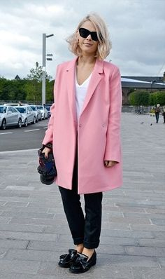 We NEED a pink coat just like this one spotted at London Fashion Week. Only Fashion, Pink Fashion, Star Fashion, Fashion Photo, Fashion Beauty, London Fashion Weeks, Pink Street, Street Chic, Street Fashion