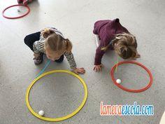 soplar pelotas de poliespan dentro de un aro para hacerlas rodar.