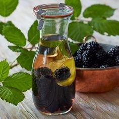 Brombærsnaps Cocktail Drinks, Cocktails, Danish Food, Spiritus, In Season Produce, Home Brewing, Hot Sauce Bottles, Vodka, Blackberry