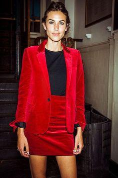 Une mini-jupe en velours rouge