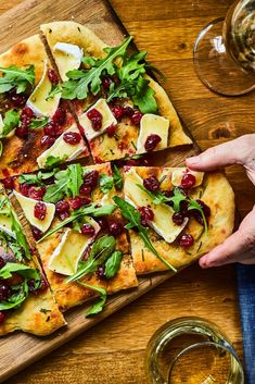 Flat bread with brie cheese and cranberries Reb Lobster, Flatbread Recipes, Brunch, Antipasto, Finger Foods, Vegetable Pizza, Entrees, Tapas, Food And Drink