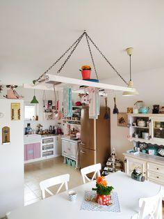 Osobní návrh vycházející ze zkušenosti. Může viset nad ostrůvkem anebo jídelním stolem. Užití praktické i estetické.