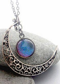 Filigree Crescent Moon Necklace.Collar Luna creciente en filigrama.