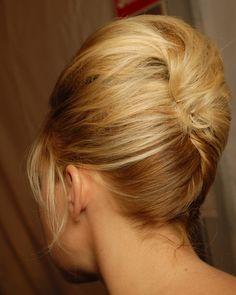 Und hier von hinten: Für den üppigen Big-Hair-Style wird zum Haarkissen gegriffen - ein Friseur kann die kunstvolle Banane am besten eindrehen, zum Proben des Looks können Sie sich auch Hilfe von einer geschickten Freundin holen, die die Klammern hinten ordentlich versteckt (Bild: BST Photos)