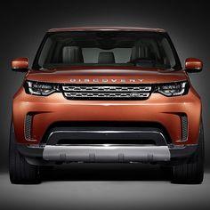 Land Rover Discovery 2017 A Jaguar Land Rover divulgou nesta segunda a primeira foto oficial da nova geração do Discovery. O SUV de grande porte e sete lugares será lançado dia 28 de setembro no Salão de Paris @mondialauto. O modelo ficou menos quadradão e a dianteira e evoluiu bem em relação aos anteriores. Um pouco do visual aproveita do Discovery Vision Concept de 2014.  #CarroEsporteClube #LandRover #Discovery