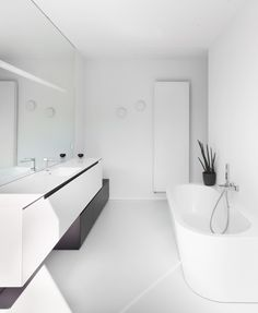 minor bathroom remodel is enormously important for your home. Whether you choose the bathroom remodel shiplap or serene bathroom, you will make the best upstairs bathroom remodel for your own life. Modern Bathtub, Modern Bathroom, Bad Inspiration, Bathroom Inspiration, Home Interior, Bathroom Interior, Serene Bathroom, White Bathroom, Bathroom Shower Curtains