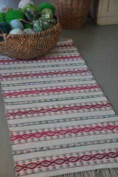 Pin Weaving, Weaving Art, Weaving Patterns, Loom Weaving, Rag Rug Diy, Rag Rugs, Home Carpet, Weaving Projects, Rugs In Living Room