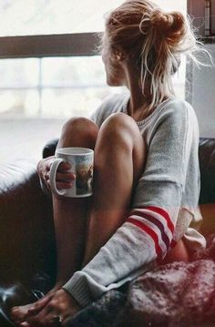 Lifestyle photography idea | Blogging photo inspiration | Girl drinking coffee | Chilling