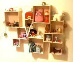 Trækasser på væggen på et børneværelse. Køb trækasserne i kreahobshop