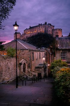 View from the Vennel to Edinburgh Castle. Scotland Nature, Scotland Travel, Scotland Castles, Scottish Castles, Edinburgh Castle, Edinburgh Scotland, Scotland Wallpaper, Places To See, Places To Travel