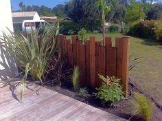 Backyard Landscaping Along Fence Backyard Landscaping - Modern Design Front Yard Design, Front Yard Fence, Fence Design, Landscaping Along Fence, Backyard Fences, Garden Landscaping, Landscaping Ideas, Concrete Backyard, Diy Concrete