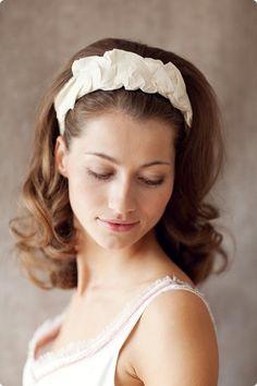 Eleganter zeitloser breiter Haarreif aus geraffter Wildseide. Der perfekte Helfer, <br /> um jede Brautfrisur in Form zu halten.