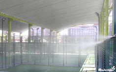 Linea de difusores del sistema de Nebulización Masterkool España en la terraza de una pista de paddle. #nebulización #terrazas #MasterkoolEspaña #pistadepaddle #microclimas