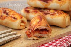 I cannoli di pizza sono dei soffici e sfiziosi rotoli finger food a base di impasto di pizza farciti con pomodoro e mozzarella.