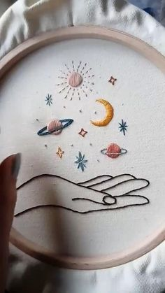 Diy Embroidery Patterns, Basic Embroidery Stitches, Hand Embroidery Videos, Flower Embroidery Designs, Hand Embroidery Stitches, Embroidery Hoop Art, Hand Embroidery Flowers, Creative Embroidery, Modern Embroidery
