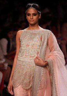 Fashionweek in Mumbai: In ein Märchen aus 1000 und einer Nacht entführt uns die pakistanische Modemacherin Zara Shahjanha. (Bild: epa)