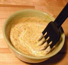 Соус к мясу с кари: сметана 2 ст. л., майонез 2 ст. л., ряженка или кефир 2 ст. л., перец красный и черный по вкусу, кари 0.5 ч. л., чеснок 2 шт., уксус 1 ст. л. Все соединить и тщательно перемешать - соус готов. Хранить в холодильнике.