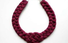 Collar de trapillo: Hazlo tú misma [FOTOS] - Los collares de trapillo están más de moda que nunca. ¿Te gustaría crear uno de ellos a ti misma? A continuación, te ofrecemos un completo tutorial de collar de trapillo, paso a paso.