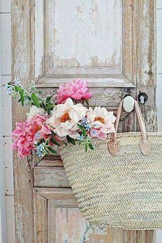 French Market Basket More Pretty In Pink, Beautiful Flowers, Vibeke Design, Deco Nature, Market Baskets, Deco Floral, Luxury Interior Design, Cottage Chic, Garden Cottage