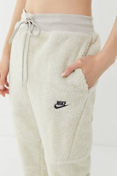 Urban Outfitters Nike Air Sherpa Fleece Jogger Pant Found on my new favorite app Dote Shopping Joggers Outfit, Nike Joggers, Fleece Joggers, Jogger Pants, Nike Fleece, Nike Pants, Harem Pants, Sporty Outfits, Nike Outfits