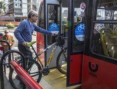 Curitiba começou a testar o BRT-Bike um projeto-piloto que permite a ciclistas embarcar no transporte coletivo com suas respectivas bicicletas. Com esse ajuste o ciclista curitibano pode usar o ônibus para cobrir distâncias longas e usar a bike para ir de casa até o ônibus e do ônibus até o trabalho/escola por exemplo.  Gostei porque era exatamente esse intermodal que eu fazia quando morava no Japão para ir ao trabalho usando trem metropolitano e o que hoje paulistanos como nossa… Bicycle, Gym, Instagram Posts, Modern, Antique Photos, Street Furniture, Cover Up, Cities, School