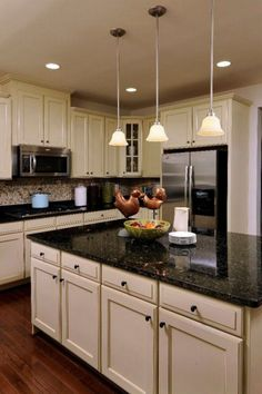 20 Stunning Light Cabinets Dark Countertops Favorite Kitchen - Page 4 of 22 Dark Kitchen Countertops, White Cabinets White Countertops, Light Kitchen Cabinets, Kitchen Cabinet Colors, Kitchen Redo, Kitchen Flooring, Kitchen Remodel, Dark Kitchen Floors, Cream Cabinets