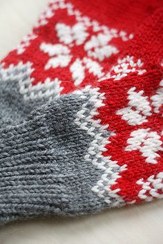 Milka's mittens are warm mittens having some positive ease to make cold days bearable. Knitted Mittens Pattern, Fair Isle Knitting Patterns, Knit Mittens, Wrist Warmers, Hand Warmers, Ravelry Free Patterns, Knitting Projects, Knitting Ideas, Yarn Projects