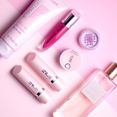 All of October we're raising awareness for breast cancer by supporting the Swedish @cancerfonden. Do the same for your local charity and have a pink month too! #oriflame #rosabandet #pinkribbon