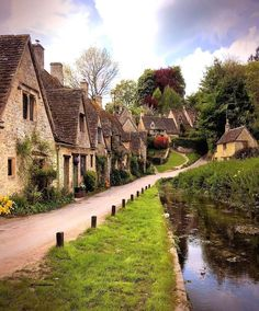 Imagine calling this home . These picturesque cottages sit on Arlington Row, a stunning Cotswold street in the pretty English village of… English Villages, Arlington Row, Places To Travel, Places To Visit, Travel Destinations, Village Photos, Destination Voyage, English Countryside, Travel Abroad