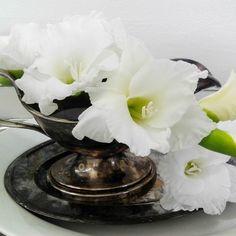 #gladiolus #valkoinen #kastikeastia #kastikekulho #metallilautanen #liisako #vanhat tavarat #puoti