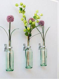 Fixez les supports sur le mur. Pour renforcer l'effet déco c'est bien d'en prévoir au minimum trois, espacés d'une vingtaine de centimètres. Mais bien sûr, rien de vous empêche de former un linéaire de vases sur toute la longueur d'un mur du salon, de la cuisine et même dans l'entrée.