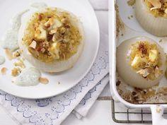 Gefüllte Gemüsezwiebeln: Die vegetarische Füllung aus Bulgur und Schafskäse punktet mit extravielen wichtigen Nährstoffen und würzigem Geschmack.