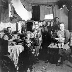 Dutch family with 16 children Photographer: Sem Presser, Holland.thankgod for condoms.my grams had 12 1920s Photos, Antique Photos, Vintage Photographs, Old Photos, Love Pictures, Vintage Pictures, Vintage Images, Historical Pictures, Vintage Artwork