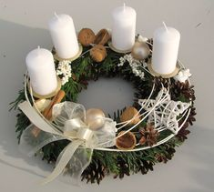 Noblesní, adventní věnec v bílé... Christmas Advent Wreath, Christmas Candle Decorations, Advent Candles, Christmas Arrangements, Xmas Wreaths, Christmas Tablescapes, Christmas Mood, Christmas Candles, Noel Christmas