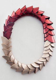 Una pieza de joyería contemporánea que surge de representaciones orgánicas o transformaciones en línea, a partir de la repetición de un módulo o sus pequeñas variaciones.