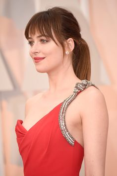 Why Dakota Johnson is now officially our go-to girl for beauty and hair inspo Fifty Shades of Grey star Dakota Johnson has had a number of different hair & makeup looks over time - see them on (UK) Short Hair With Bangs, Hairstyles With Bangs, Cool Hairstyles, Medium Hair Styles, Short Hair Styles, Straight Ponytail, Grunge Hair, New Hair, Hair Inspiration