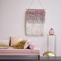 Teppich als Wanddekoration? Sieht super aus, wenn langflorige Exemplare mit Di-Dye-Optik unsere Wände schmücken. Mehr auf roomido.com #roomido