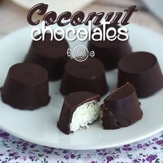 Here's the recipe. This recipe is naturally gluten free! - Recipe : Coconut chocolates Bounty style by. Fun Baking Recipes, Candy Recipes, Snack Recipes, Homemade Chocolate Bars, Coconut Chocolate, Chocolate Making, Chocolate Chocolate, Chocolate Dishes, Chocolate Recipes