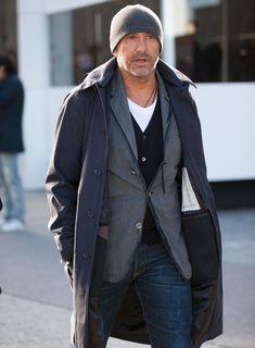 こちらは重ね着の上手いオヤジさん。長丈のコートにジャケット、その下にカーディガンとカットソーを。そこにネックレスをプラスして立体的なコーディネートに。 ※21 Dec. 2016 at Massi Ninni Snap LEONでもっと見る!