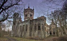 Pałac w Kopicach historią swą sięga XIV wieku, kiedy to był rycerską siedzibą rodu von Borsnitz. Dwukrotnie przzebudowywany - w 1783 r. przez rodzinę von Sierstorpff, w stylu klasycystycznym i w roku 1864 przez Hansa Ulryka von Schaffgotscha i Joannę Gryczik von Schomberg-Godulla, w stylu neogotyku. Obecnie - ruina, ale wraz z nowym właścicielem pojawiła się nadzieja. Abandoned Houses, Abandoned Places, Monuments, Ghost Towns, Amazing Architecture, Planet Earth, Barcelona Cathedral, Places To Visit, Around The Worlds