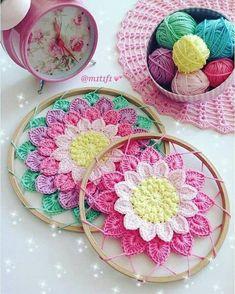 In sunflower colors tho Crochet Flower Tutorial, Crochet Diy, Crochet Home, Love Crochet, Crochet Gifts, Crochet Doilies, Crochet Flowers, Crochet Coaster, Thread Crochet
