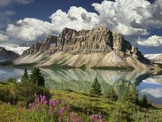 Canada's oldest national park, and one of the largest, is the Rocky Mountain paradise of Banff, Alberta. Just 110 km west of Calgary, Banff is one of the most visually stunning natural landsc… Alberta Canada, Banff Canada, Banff Alberta, Jasper Alberta, Canada Canada, Visit Canada, Parc National De Banff, Banff National Park Canada, National Parks