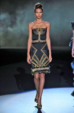 Estampado- HarpersBAZAARES Ancient Egyptian Costume, Ancient Egypt Fashion, Egyptian Fashion, Women's Runway Fashion, Fashion Show, Fashion Outfits, Fashion Design, Hijab Fashion, Women's Fashion