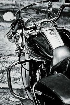 ♂ Black & white Harley Davidson by André Dubreuil, via 500px #harleydavidsonroadkingclassic