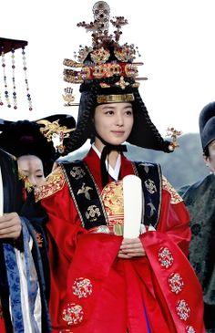 hanja: 同伊) is a 2010 South Korean historical television drama series, starring Han Hyo-joo, Ji Jin-hee, Lee So-yeon andBae Soo-bin. About the love story between King Sukjong, it aired on MBC. Korean Traditional Dress, Traditional Outfits, Korean Art, Korean Drama, Japanese Outfits, Korean Outfits, Lee So Yeon, Yi King, Korea Dress