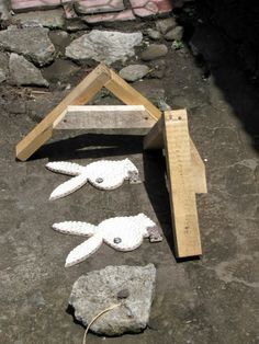 There are often obstacles on Bali footpaths. Yes, I had to step around this little arrangement of a couple of seashell-clad Playboy bunny rabbit heads drying in the sun, complete with their own miniature cordon! What I really want to know is who buys this stuff?