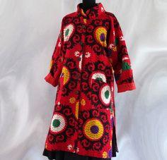 Manteau femme léger rouge, noir et jaune en coton gaudri à superbes dessins Suzani : Manteau, Blouson, veste par akkacreation