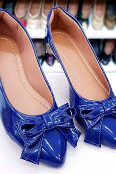 Bright Flat Shoes Summer 2020 has never been so Fashionable! Since the beginning of the year many girls were looking for our Lovely guide and it is finally got released. Now It Is Time To Take Action! See how... #shoes #womenshoes #footwear #shoestrends Pretty Shoes, Beautiful Shoes, Cute Shoes, Ladies Shoes, Shoes Women, Shoe Wardrobe, Latest Shoe Trends, Woman Shoes, Flat Shoes