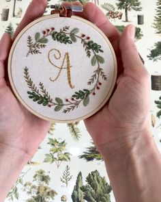 Hand Embroidery Patterns Flowers, Christmas Embroidery Patterns, Hand Embroidery Videos, Simple Embroidery, Hand Embroidery Stitches, Embroidery Hoop Art, Hand Embroidery Designs, Cross Stitch Embroidery, Beginner Embroidery